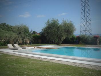 piscina esterna a sfioro – Carrara